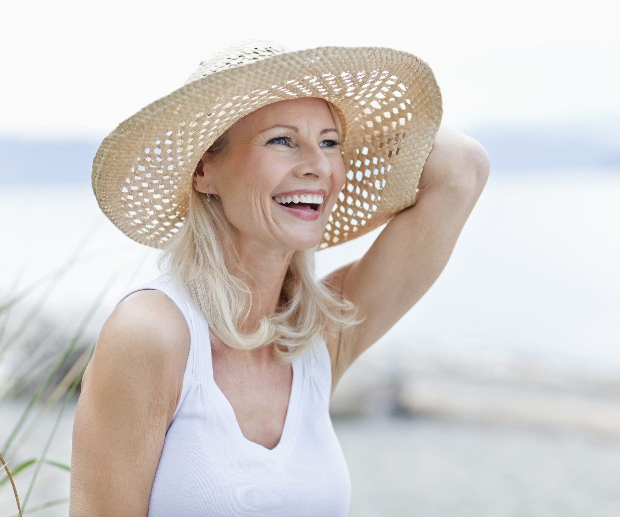 woman with hat at the beach